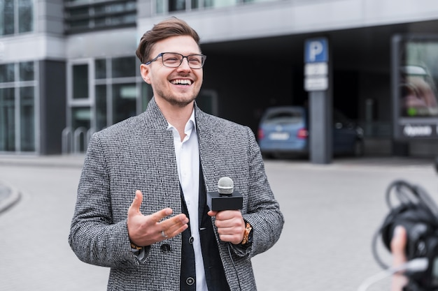 Jornalista sorridente no trabalho