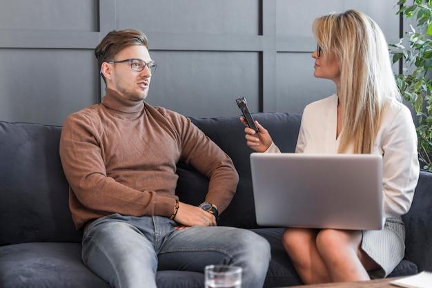 Jornalista tendo entrevista no escritório