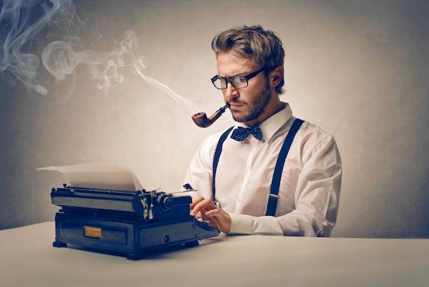 Jornalista trabalhando em uma história