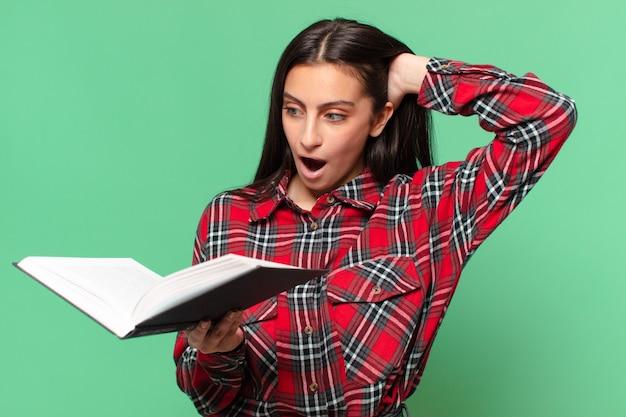 Jovem adolescente bonita. expressão chocada ou surpresa. conceito de estudante