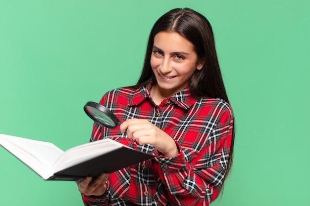 Jovem adolescente bonita. expressão feliz e surpresa. pesquisando em um conceito de livro