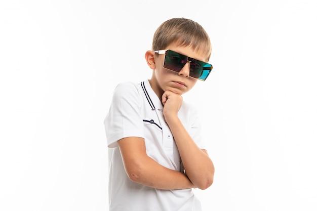 Jovem adolescente caucasiano em grandes óculos de sol no fundo branco