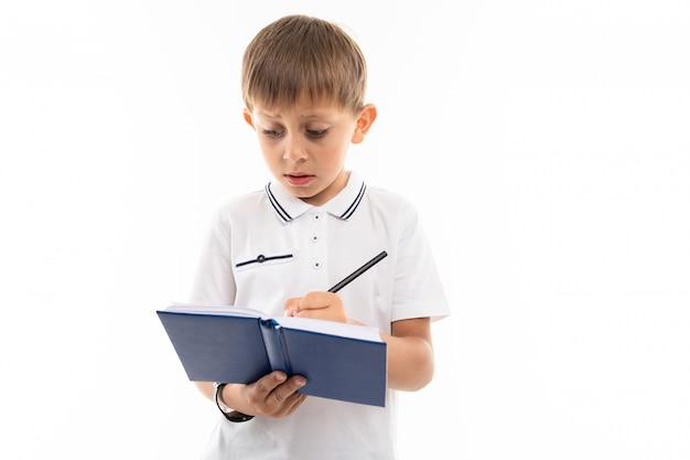 Jovem adolescente caucasiano fazer lição de casa e pensa isolado no fundo branco