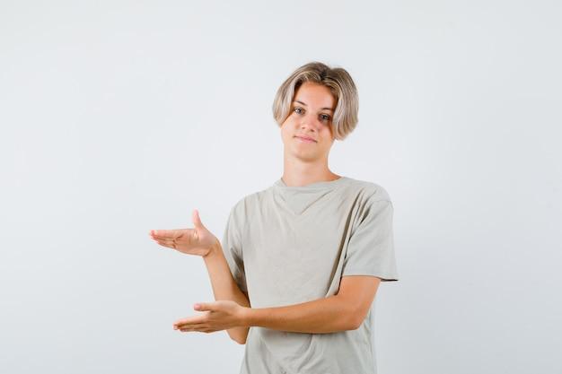 Jovem adolescente com uma camiseta mostrando a placa do tamanho e parecendo alegre