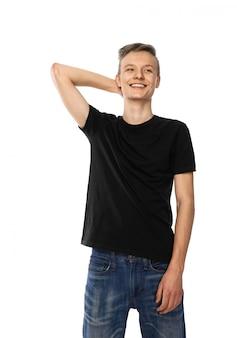 Jovem adolescente em sorrisos pretos de jeans e camiseta