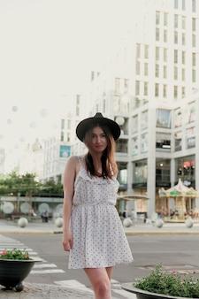 Jovem adolescente em um vestido branco e chapéu
