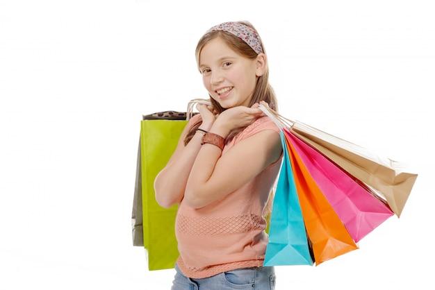 Jovem adolescente espera com sacola de compras