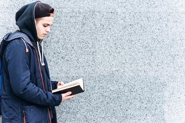 Jovem adolescente lendo um livro