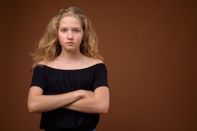 Jovem adolescente loira linda em marrom