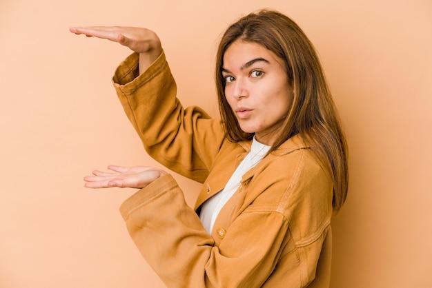 Jovem adolescente magrinha segurando algo com as duas mãos, apresentação do produto