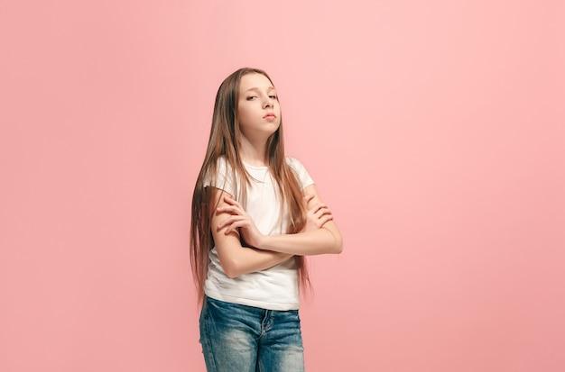 Jovem adolescente séria, pensativa e triste