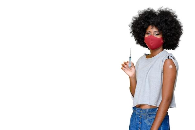 Jovem adolescente usando uma máscara protetora covid-19 sendo vacinado covid-19 em fundo branco