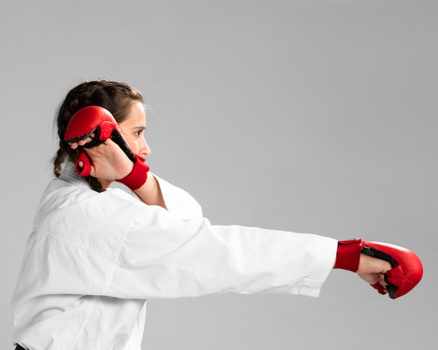 Jovem adulta com karatê de treinamento de lutador de faixa preta