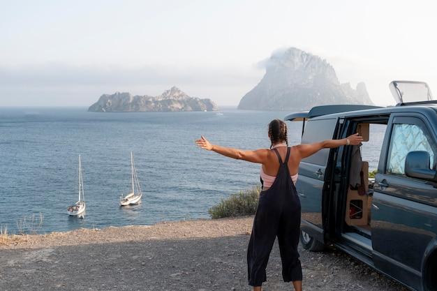Jovem adulta viajando em sua van
