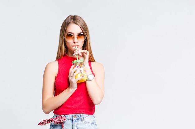 Jovem adulto bebendo coquetel