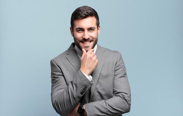 Jovem adulto bonito empresário sorrindo