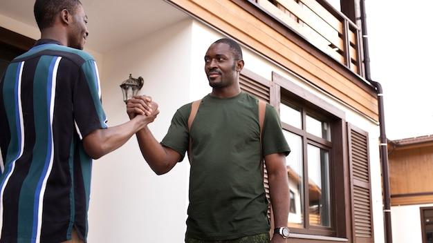 Jovem adulto conhecendo seu pai depois de muito tempo