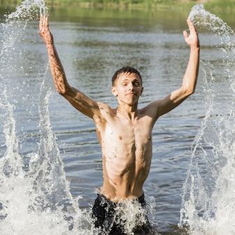 Jovem adulto, desfrutando de um dia na água