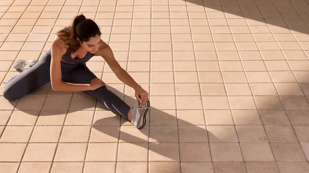 Jovem adulto fazendo exercícios ao ar livre