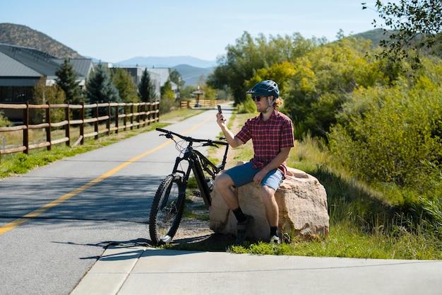 Jovem adulto usando bicicleta elétrica no interior