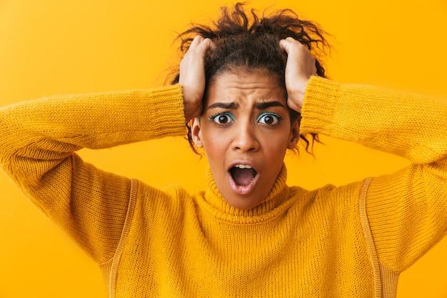 Jovem africana chocada com suéter isolado