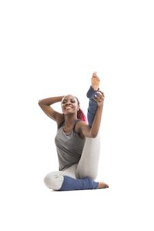 Jovem africana esticando a perna