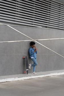Jovem africana pensativa segurando smartphone preocupada em ler e-mail enviado aplicativo de celular