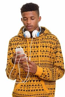 Jovem africano bonito usando telefone celular e usando a cabeça