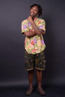 Jovem africano com dreadlocks no preto
