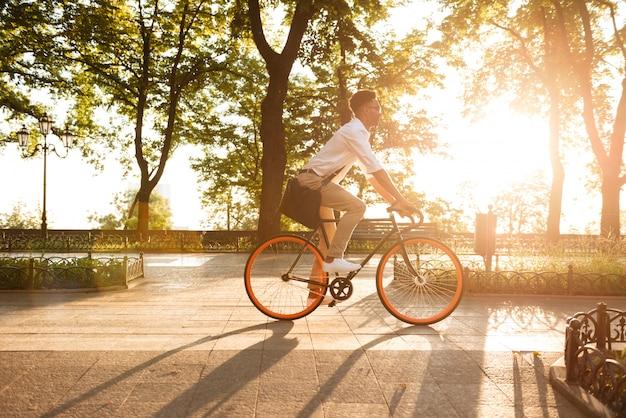 Jovem africano no início da manhã com andar de bicicleta