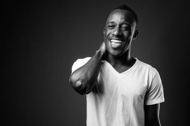Jovem africano rindo em preto e branco