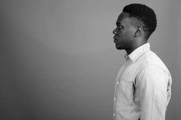 Jovem africano vestindo camisa jeans. foto preto e branco