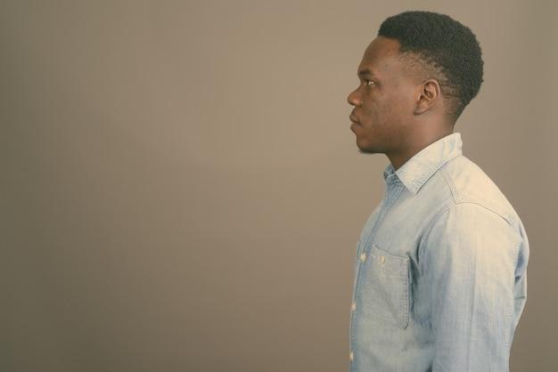 Jovem africano vestindo camisa jeans