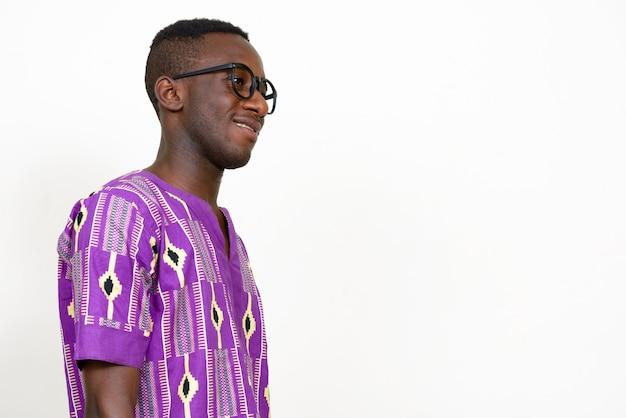 Jovem africano vestindo roupas étnicas tradicionais isoladas em um espaço em branco
