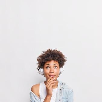 Jovem afro-americana adorável com expressão pensativa focada