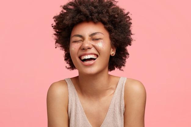 Jovem afro-americana com glitter no rosto