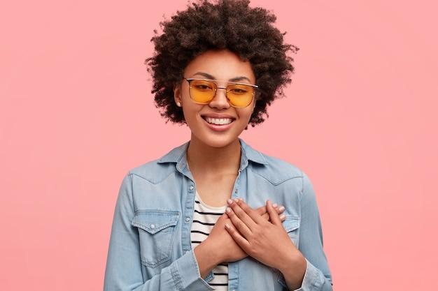 Jovem afro-americana com óculos de sol coloridos