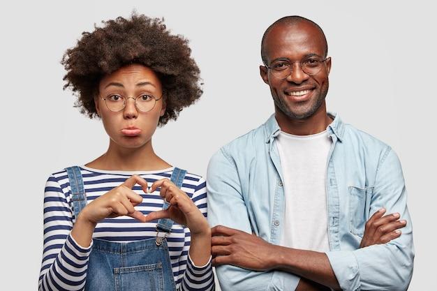 Jovem afro-americana com olhar de pena
