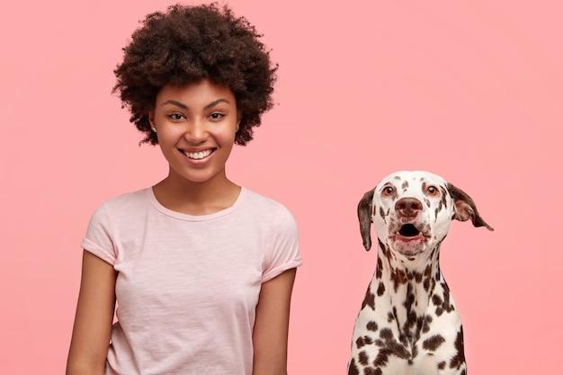 Jovem afro-americana e seu cachorro