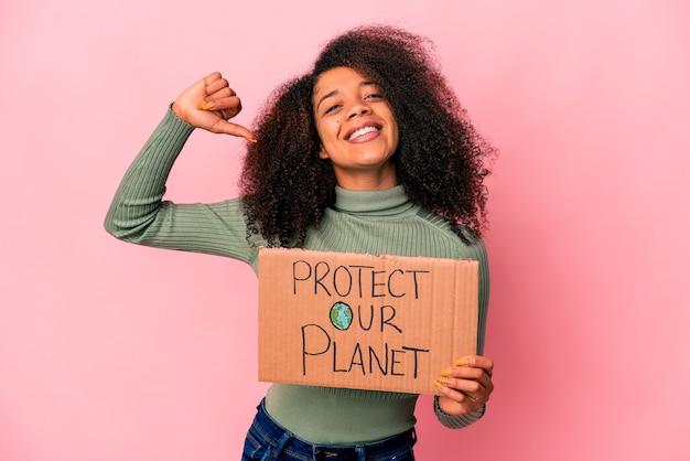 Jovem afro-americana encaracolada sente-se orgulhosa e autoconfiante, exemplo a seguir.