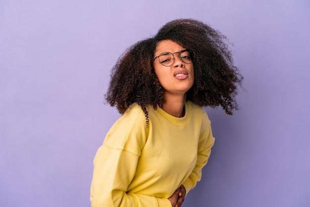 Jovem afro-americana expressando emoções isoladas