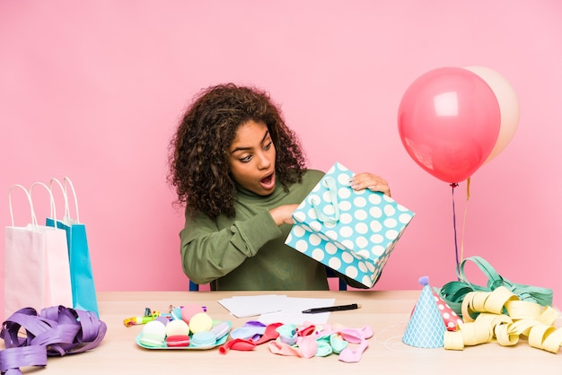Jovem afro-americana planejando um aniversário
