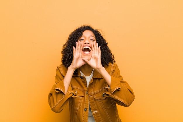 Jovem afro-americana posando enquanto gritando