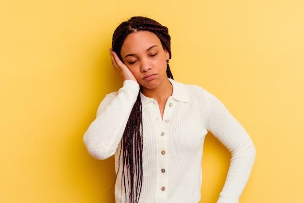 Jovem afro-americana que está entediada, cansada e precisa de um dia de relaxamento.
