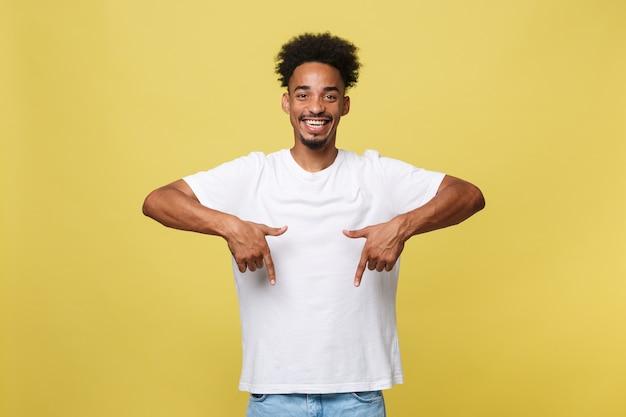 Jovem afro-americano apontando para baixo