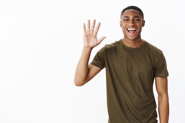 Jovem afro-americano bonito com camiseta cáqui