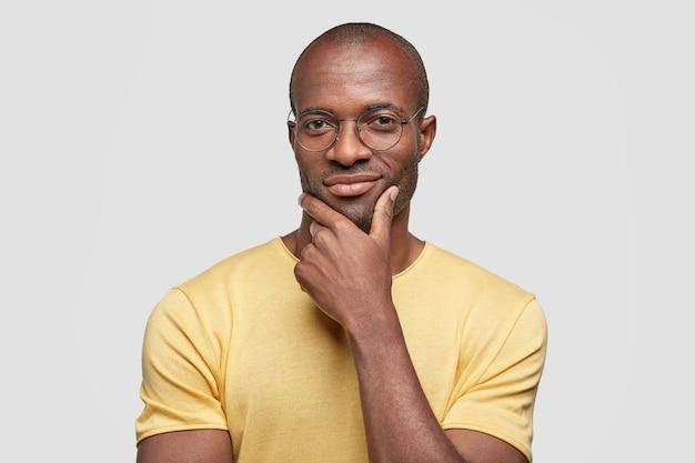 Jovem afro-americano com camiseta amarela