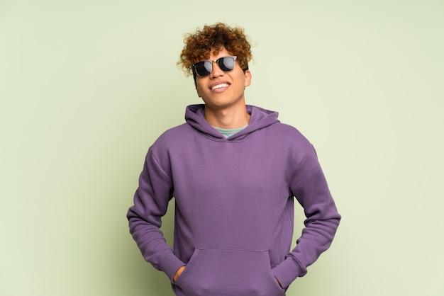 Jovem afro-americano com óculos e feliz