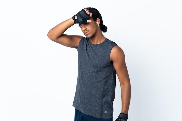 Jovem afro-americano com tranças isoladas na parede roxa com expressão cansada