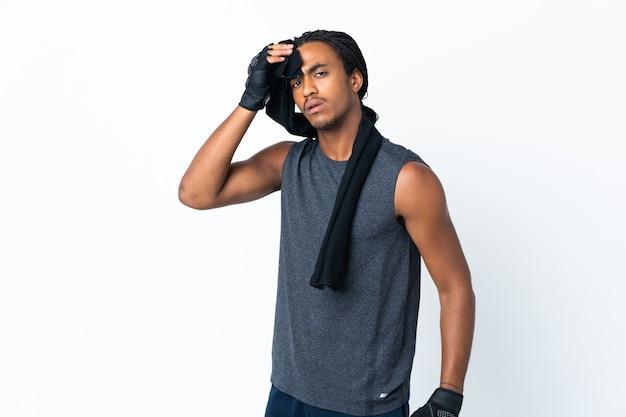 Jovem afro-americano com tranças isoladas na parede roxa com toalha esportiva